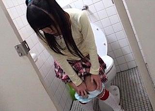 放尿中の小学生