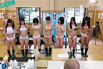 下着姿で並ぶ身体検査を受ける女子校生