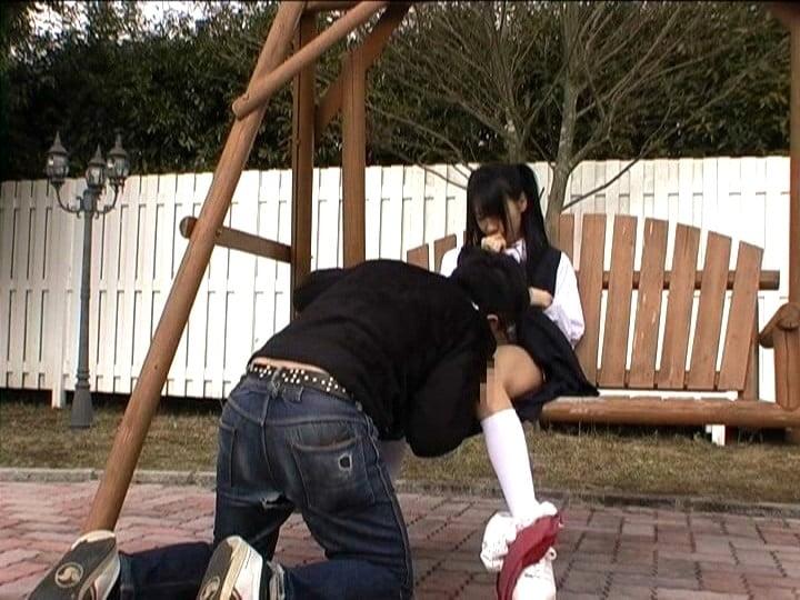 女子中学生のスカートにあたまを突っ込んでクンニ