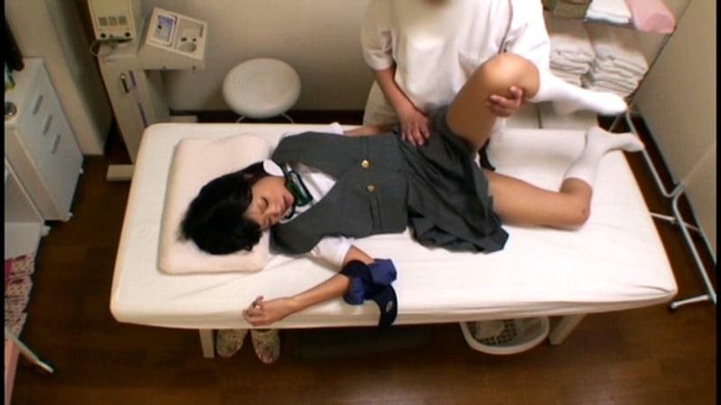 制服JKがスカート脱がされパンツ越しにアソコをイタズラされる画像
