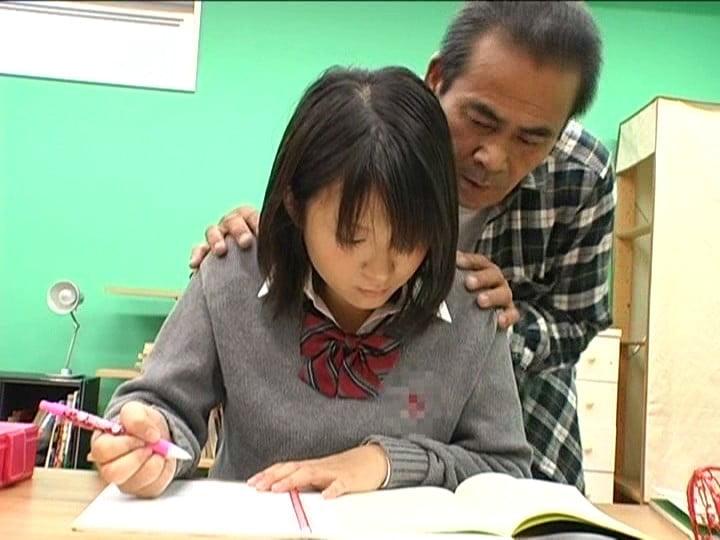 家庭教師に触られる女子校生