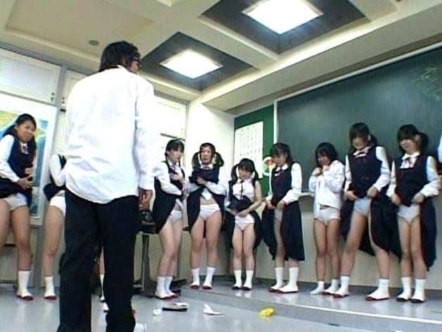 体罰でスカートたくし上げでパンツを披露する女子中学生