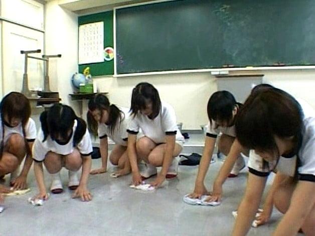 体罰の雑巾がけ 女子中学生