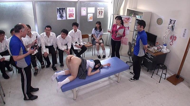 男子の前で下半身裸の女子校生