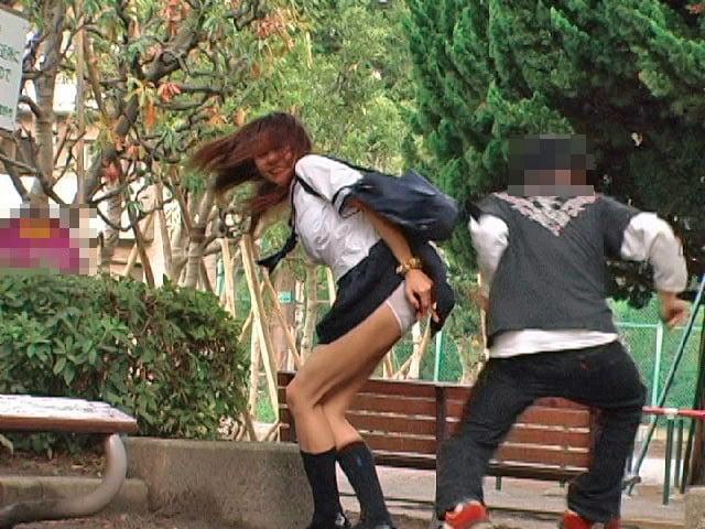女子高生のスカートめくり