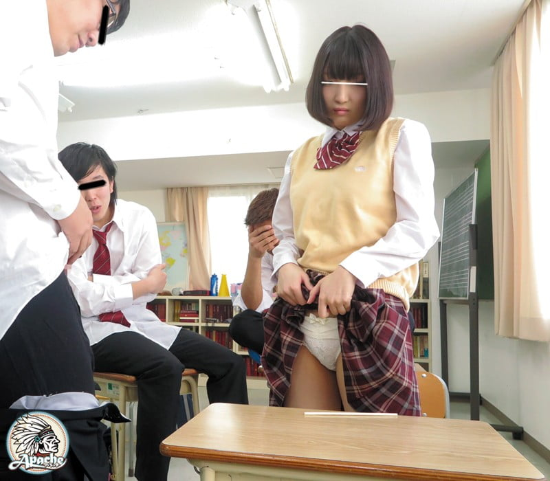 パンツ見せする女子校生
