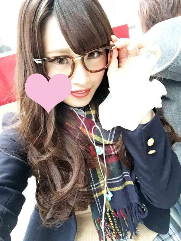 メガネを掛けた女子校生