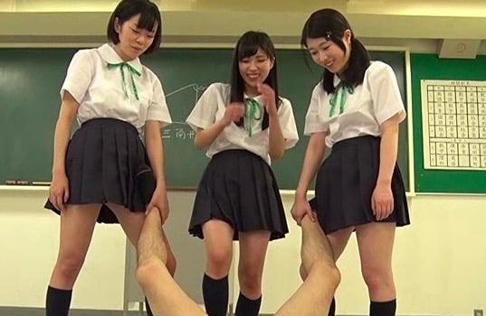 タマヒュン注意の金蹴り動画!M男が女子校生の粗チンを馬鹿にされ金玉潰されてる