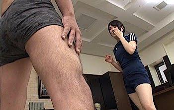 金蹴りするスポーツ女子